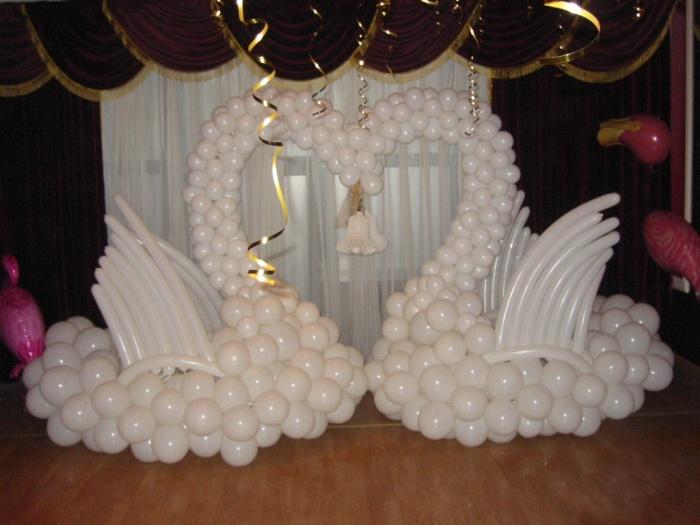 лебеди из воздушных шаров,