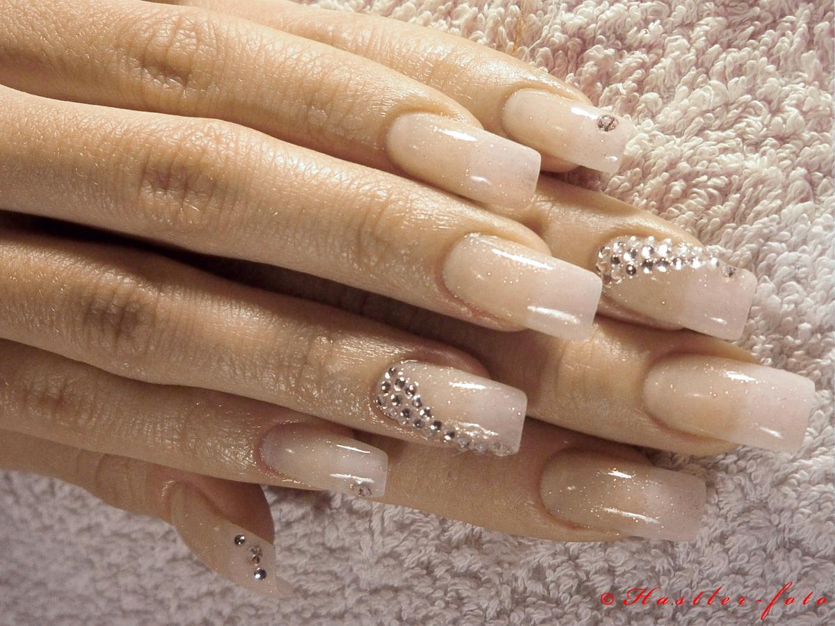Бежевый дизайн ногтей со стразами новинки