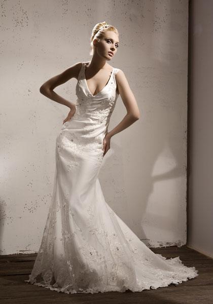 В салоне имеется великолепный ассортимент свадебных и вечерних платьев