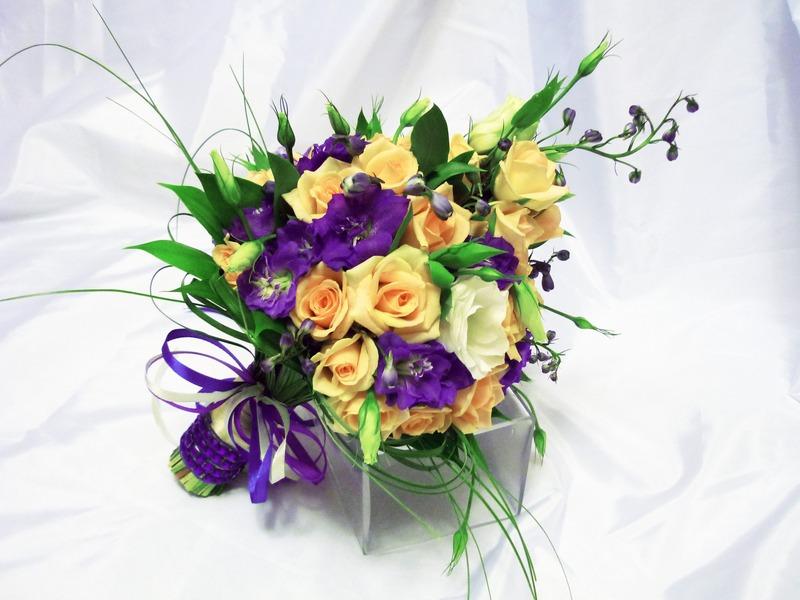 Свадебные аксессуары ( сундучки для даров,корзины для лепестков...  Украшение зала живыми цветами.  Арка.